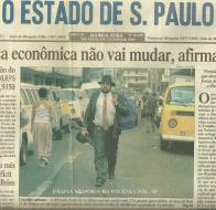 """Reportagem de 1ª página, em 2 de setembro de 1.999, sobre o irreverente Delegado de Polícia Paulo Della Rosa Junior (hoje aposentado), portando uma espingarda Calibre 12 """"pump"""", no combate a pirataria na região da Rua 25 de março em SP."""