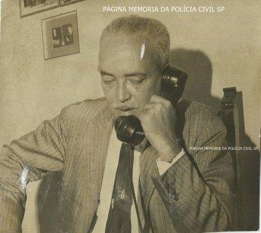 Delegado de Polícia Coriolano Nogueira Cobra, falando ao antigo telefone, no escritório de sua residência, na década de 60. (acervo de Dona Teresa Cobra).