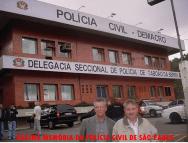 Delegacia Seccional de Polícia de Taboão da Serra. Investigadores Lopes e Luiz Melchiades Piacentini, em primeiro plano.
