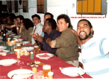 """Equipe da Delegacia de Roubo a Bancos da DISCCPAT- DEIC (Kilo), a partir da direita, Investigadores Euclides """"Clidão"""", Waldemar, Nemias, Edson """"Caçapa"""", Bedé Dalevedove, mulher e Agente Byron, na Cantina Lazzarela, em 1.988."""