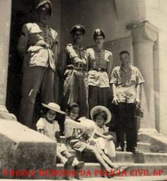 Destacamento policial, defronte a Cadeia Pública de Piracaia, na década de 60. (Acervo do neto de um dos policiais, Roberto Banfi).