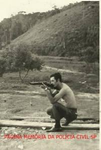 """Investigador Antônio Augusto Pereira """"Fininho 2"""" (hoje aposentado), em treinamento de tiro, início da década de 70."""