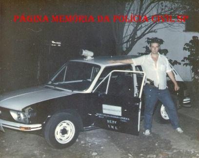 Viatura VW Brasília do IML- DEPC, no início da década de 80, com o Policial Civil João Caçula Kasemiro.