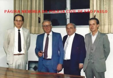 """Delegados da Seccional Sul, na década de 80: À partir da esquerda, Ciqueira, Seccional Durval de Oliveira, (?), e Antonio Carlos Boragina de Mesquita """"Mesquitinha""""."""
