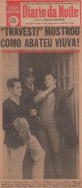 """Reportagem do Jornal Diário da Noite, de outubro de 1.969, sobre o assassinato de uma anciã, perpetrado por um """"travesti"""", por policiais do 36° DP do DEGRAN (Atual DECAP). À partir da esquerda, o Investigador de Polícia Roberto Mastropaolo """"Turquinho"""", um Guarda Civil e o indiciado. (enviado pelo filho, Rogério Mastropaolo)."""