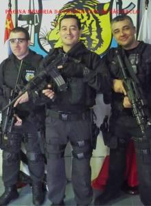 À partir da direita o Agente Policial Alexandre Martins, que em 21 de fevereiro de 2.014 foi ferido em combate durante intenso tiroteio na cidade de Itamonte/MG, no qual morreram 9 criminosos que estavam fortemente armados, mas se recuperou prontamente da saúde; e Delegados de Polícia Alexandre Oliveira e Fabrício Intelizano.