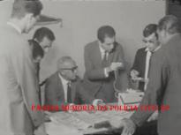 O saudoso Delegado de Polícia Coriolano Nogueira Cobra, concedendo entrevista coletiva à imprensa, sobre o roubo dos 500 milhões do Banco Moreira Sales, na Praça do Patriarca por ladrões de origem grega, no final do mês de janeiro de 1.965.