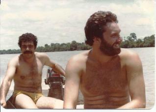 """Investigadores de Polícia Alfredo Lambiase """"Farofa"""" e à direita Roberto Romero, """"in memoriam"""", da 1ª Delegacia de Roubos e Extorsões da DISCCCPAT- DEIC, em pescaria no Mato Grosso, em 1.982."""