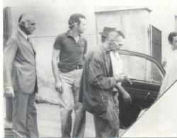 Delegados de Polícia LUIZ LASSERRE GOMES e DJAHY TUCCI JÚNIOR, colocando o Sebastião Orelhudo (caso de grande repercussão em Bragança Paulista) na viatura em 1975