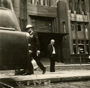 Delegado de Polícia Coriolano Nogueira Cobra defronte o Edifício Saldanha Marinho (prédio onde atualmente está instalada a Secretaria de Segurança Pública), com detalhe na foto, de um Guarda Civil andando, em 1.965.