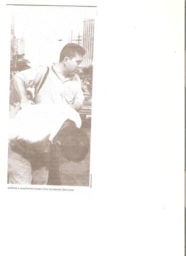 Investigador de Polícia Roger Leme Gonçalves, final da década de 90, em prisão de assaltante na Av. Faria Lima, após tiroteio.