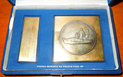 Placa da Secretaria de Segurança Pública de Pernambuco à ADPESP na pessoa do Delegado de Polícia Coriolano Nogueira Cobra, em 25 de outubro de 1.980. (Cedida gentilmente pela filha Dona Teresa Cobra).