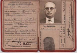 Documento do Serviço de Identificação, expedido pelo Gabinete de Investigações em 3 de maio de 1.945. O portador deste documento trata-se de Sud Mennucci, nascido em Piracicaba/SP, à 20 de janeiro de 1892, falecendo em São Paulo, em 22 de julho de 1948. Foi um homem de destaque, sendo educador, geógrafo, sociólogo, jornalista e escritor brasileiro. Foi um dos fundadores do Centro do Professorado Paulista em 1930 e seu presidente por dezoito anos. Professor e jornalista, trabalhou por todos os anos 1930 na Comissão de Estudo de Redivisão Municipal do Estado e foi um árduo defensor do Ensino Rural no Brasil. Em 1943 assumiu como diretor do jornal O Estado de S. Paulo, sob intervenção, e como Diretor-Geral do Ensino pela terceira vez. Ocupou ambos os cargos até outubro de 1945. Foi também escritor, tendo sido sua obra mais famosa A Crise Brasileira de Educação, na qual defendia o ensino rural no Brasil. Escreveu mais outros livros: Humor, Alma Contemporânea, História do Ensino Público no Brasil, Luiz Gama e Brasil Desunido. Sud Mennucci é um município brasileiro no interior do Estado de São Paulo que leva o seu nome.