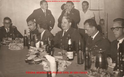 Almoço com integrantes da extinta Guarda Civil da Polícia do Estado de São Paulo. Ao centro, o Inspetor Osmar Vieira Rodrigues e a seu lado esquerdo, o Inspetor Navarro, na década de 60. (Acervo do filho Dahilton Rodrigues).