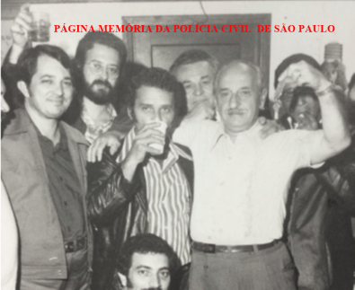 """Confraternização de final de ano na DIG- DEIC, em 1977. Investigadores Pedro Resende e Sebastião Pereira """"Tião""""; Reporter Policial J B Paladino; Investigadores Waldemar Ferrari, Mario Frangela e agachado Claudinho """"Português""""."""