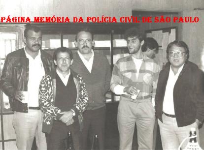 """Equipe da Delegacia de Crimes Contra a Fé Pública- DIG- DEIC, em 1.988. À partir da esquerda Valter Corrêa """"Tigrão"""", Amador Parra """"Parrinha"""" (Chefe dos Investigadores da Delegacia), Cypriano R Santos (Encarregado da equipe); Escrivão Nelson de Queiroz Motta (Atualmente Delegado Titular do 4º DP de Guarulhos e Investigador """"Mário Japonês""""."""