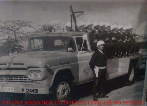 """Integrantes da DPMA- Divisão de Polícia Marítima e Aérea, em viatura """"Espinha de Peixe"""", na década de 60."""