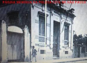 Prédio da antiga Delegacia e Cadeia de Americana na década de 1.930. Acervo do professor Milton Augusto Guelli. https://www.facebook.com/MemoriaDaPoliciaCivilDoEstadoDeSaoPaulo/photos/a.282383331884245.65302.282332015222710/1118629781592925/?type=3&theater