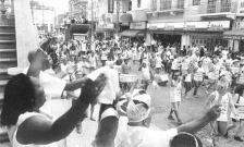 Tradição, samba e alegria! Era o bloco carnavalesco santista, Esquadrão do Momo, formando por funcionários da Polícia Civil, familiares e simpatizantes (ruas do Centro de Santos, a partir da esquina da Av. São Francisco e Rua Martim Afonso).