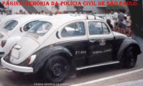 """Viatura VW Sedan """"fusca"""" da Regional de Polícia de Jundiaí, na década de 70."""