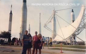 Investigadores de Polícia Paulo Roberto de Queiroz Motta (hoje Delegado Titular do Jardim Casqueiro- DEINTER 6 e Aloizio P. Araújo (atualmente Delegado Titular de Praia Grande- DEINTER 6), com suas respectivas esposas, Márcia Kazue e Marlene, em visita à NASA- USA, em 1.989.