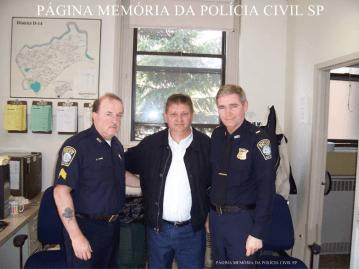 Investigador de Policia Luiz Melchiades Piacentini (hoje aposentado), na Boston Police, com o Sargento e o Chefe, Capitão Mark Hayes, em 2.006.