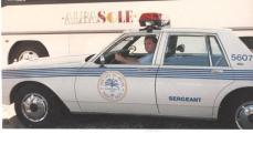 Policial Civil João Caçula Kasemiro em viatura de treinamento do Curso da Polícia de Miami, com instrutores da Swat e do FBI, em janeiro de 1.990. Caçula ficou em primeiro lugar na matéria de direção defensiva, contrôle de viaturas em alta velocidade, e controle em aquaplanagens e derrapagens.