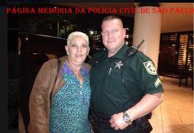 Valéria Breves Santos, Adm do Cartório do DIPOL, em visita à Polícia da Flórida- USA, em foto com o Xerife local.