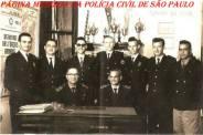 Professores da extinta Guarda Civil da Polícia do Estado de São Paulo, da antiga Escola de Polícia na Rua São Joaquim- Bairro da Liberdade/SP ( Atual ACADEPOL), em agosto de 1961. Sentado à esquerda o GC Mário Teixeira. (Acervo do GCM de São Paulo Leandro Grabe).