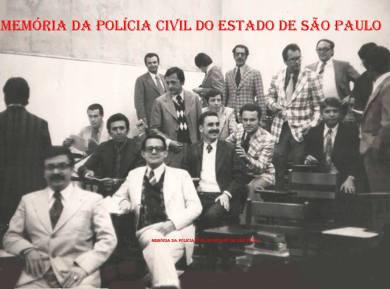 """Turma 2 do Curso de Formação Técnico Profissional para Delegado de Polícia, em 1.976, na ACADEPOL. De bigode ao centro Baltazar, acima à esquerda Djahy Tucci Junior. O último sentado à direita é o Dr. Leal """"in memorian""""."""