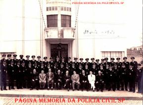 Turma de formação da extinta Guarda Civil do Estado de São Paulo, na Escola de Polícia (atual ACADEPOL), na rua São Joaquim, n° 580- Liberdade, em 1.951. (acervo do GCM Leandro Grabe)