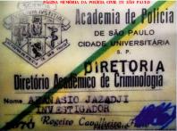 """Carteira do aluno Afanásio Jazadji, quando ingressou na Escola de Polícia da Rua São Joaquim- Liberdade, em 1.970. Esta foi a última turma do Curso de Formação Técnico Profissional para Investigador de Polícia naquele estabelecimento, que foi concluído no mesmo ano, na primeira turma da ACADEPOL- Academia de Polícia Dr. Coriolano Nogueira Cobra, já na Cidade Universitária, na USP. O nome dado à ACADEPOL é de projeto e autoria de Afanásio Jazadji na sua primeira legislatura como Deputado Estadual, 17 anos depois. (Imágem extraída do livro recém lançado, de autoria de Afanário Jazadji """"50 ANOS DE JORNALISMO"""", EDITORA STAMPATO."""