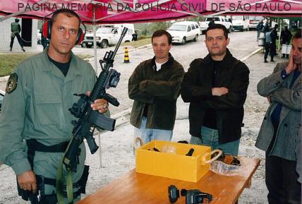 Em primeiro plano, o saudoso Investigador Geanfranco Cavallanti ministrando aulas de instrução de tiro e armamento, na CBC em Ribeirão Pires aos Juizes da Corregedoria, tendo à direita o Dr. Miguel Marques da Silva, Juiz Corregedor da época, início da década de 2.000.