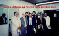 """Curso ministrado pelo Dr. Tanigushi, Hugo e Martins, em Presidente Prudente. À partir da esquerda, Delegados Tanigushi, Anésio Angelini; Delegado do MS, Roberto; ao fundo Investigador Antonio Fernandes Martins """"Rambo""""; e na ponta direita o Delegado Parra; de paletó branco Chefe dos Escrivães Wagner Poiato, em 1.991."""