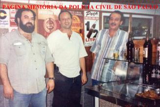 Policiais do DHPP no caso do assasinato do Governador do estado do Acre, início dos anos 90. À partir da esquerda, Investigadores Ronaldo, Iberê e Ewerson Nunes da Silva (chefe). Acervo de Inês Martins.