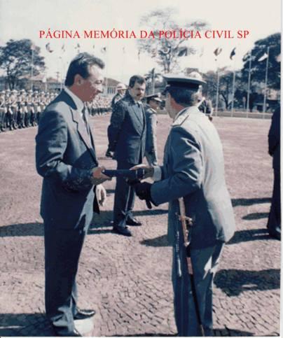 Chefe dos Investigadores da 5ª Delegacia de Roubo a Bancos da DISCCPAT- DEIC Oscar Matsuo recebendo homenagem na 2ª Divisão do Exercito, na década de 80.