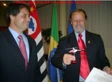 Em 24 de janeiro de 2.009, o então Diretor do Deinter 3, George H Millard sendo homenageado pela Câmara Municipal de Ribeirão Preto, recebe do Delegado do SAT- Serviço Aero Tático, Fábio Coan Sampaio, uma miniatura do Pelicano, por ser o idealizador desta Unidade Policial.