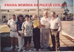 """Inauguração da Colônia de férias da Associação dos Investigadores de São Paulo, na Praia Grande, na década de 80. À partir da esquerda, Investigadores José Silva (hoje advogado), (?), Investigadores Regina, (?), Waldir Basteiro """"in memorian"""" e Rubens Alfaro Soto """"in memorian""""."""