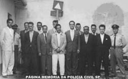 Delegado de Polícia Maurício Guimarães Pereira (ex- DGP), quando era Titular de Guarulhos e foi transferido para Santos, sendo homenageado pelos policiais da cidade, em 1.962. Da esquerda para a direita estão o jovem Escrivão que acabara de se casar com Dalva Giacomini, José Hechelli. Depois do guarda uniformizado, da esquerda para a direita, o Escrivão Zacarias, o Investigador Andrade, o lacrador (?); Pereirinha, responsável pela emissão de licenças de veículos; o Escrivão Virgílio, o Investigador Cherry, o Delegado Maurício Guimarães Pereira; Oliem, Matias Orlando e o Chiquinho.