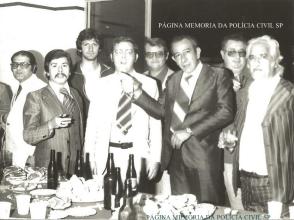 "Investigadores de Polícia Farah, Mineirinho ""in memorian"", Luchetti; Delegado Wilson Tamer; Investigador Meninão; Delegado Montanheiro ""in memorian""; Investigadores Galdi e Vitor Cabelo Branco, da antiga Delegacia de Vadiagem- DIG- DEIC, em 1.977. https://www.facebook.com/MemoriaDaPoliciaCivilDoEstadoDeSaoPaulo/photos/a.1013664612089443.1073741897.282332015222710/405242186265025/?type=3&theater"