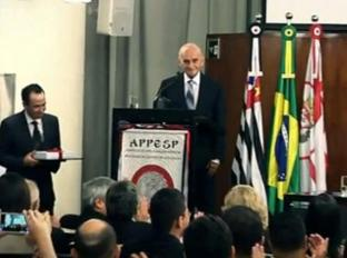 Dactiloscopista (hoje Papiloscopista) Bombonati, antigo Chefe da Equipe Monodactilar do IIRGD, (hoje aposentado) sendo homenageado na Câmara Municipal de São Paulo em 07/03/2013, pela comemoração aos 110 anos da papiloscopia no Brasil. Professor de Dactiloscopia por muitos anos na ACADEPOL. (enviado pelo Papiloscopista Julio Ronaldo Prezia Junior). https://www.facebook.com/MemoriaDaPoliciaCivilDoEstadoDeSaoPaulo/photos/a.334989943290250.1073741838.282332015222710/333181496804428/?type=3&theater