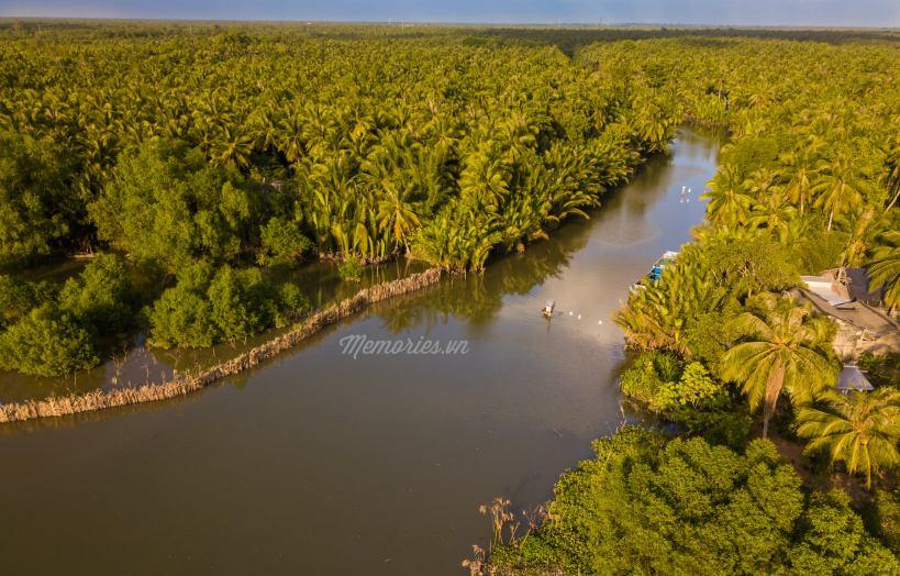 Bức ảnh tuyệt đẹp được chụp bằng flycam tại Vàm Đồn, Bến Tre với con sông thân quen, xung quanh là một mảng màu xanh của hàng triệu cây dừa.