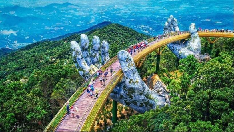 Cây cầu vàng được nâng đỡ bởi đôi tay khổng lồ (Ảnh: Dương Mai Việt Anh)