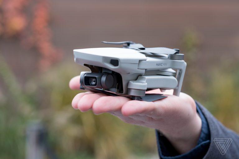 Tuy có giá bán khá rẻ, Flycam DJI Mavic Mini vẫn trang bị rất nhiều tính năng ngon nghẻ như dòng drone đắt tiền hơn của DJI. Chiếc drone này nhỏ như DJI Spark của năm 2017, nhưng được trang bị chân xếp của dòng Mavic giúp tăng độ linh động. Trọng lượng chỉ 249g, ít hơn 1g so với tiêu chuẩn cần đăng ký FAA. (Tiện thể nói luôn, đúng là DJI đã hợp tác với Intel về một mẫu drone thậm chí còn nhỏ hơn nữa trong năm 2018.) Một trong những điểm Mavic Mini phải đánh đổi đó là nó không thể quay 4K, dù nó là công cụ tiềm năng đối với cả nhiếp ảnh gia và quay phim. Máy ảnh của drone sử dụng cảm biến 1/2.3″ có thể quay phim đến 2.7K 30 fps, 1080p 60 fps, và chụp ảnh 12MP. Tương tự các mẫu consumer drone khác của DJI (trừ Spark), thì máy ảnh này được ổn định hình ảnh bằng gimbal 3 trục hỗ trợ cho phim siêu mượt mà trong điều kiện ít gió.