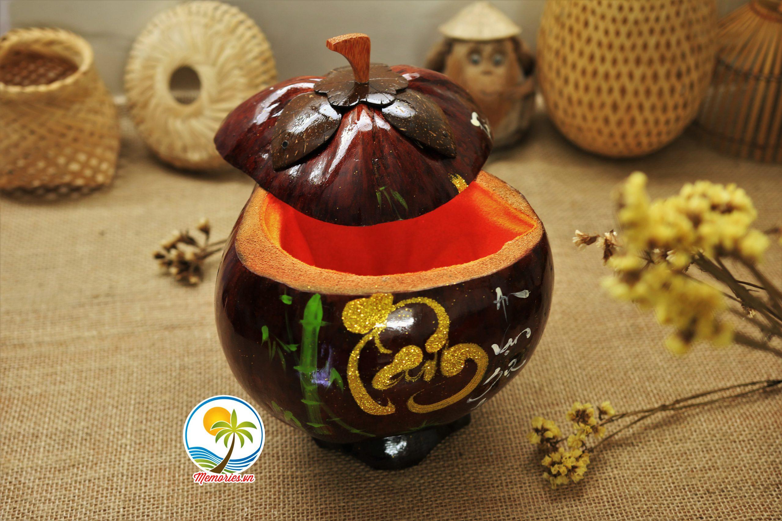 Vỏ giữ ấm bình trà bằng gỗ dừa – Nét độc đáo của nghề làm thủ công mỹ nghệ Bến Tre