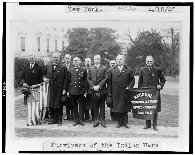 Survivers (sic) of the Indian Wars, posed with President Coolidge (1927)