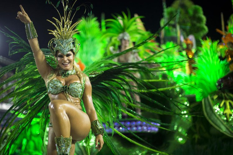 A performer from the Unidos de Vila Isabel samba school 1000x667