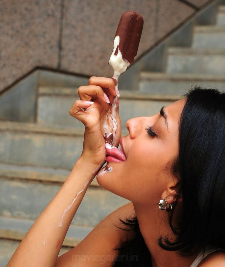 Kajal Agarwal licking resoluble Ice Cream 900x1064