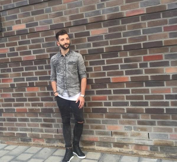 Lässiger Jeans Look bestehend aus coolem Jeanshemd und einer destroyed Jeans.