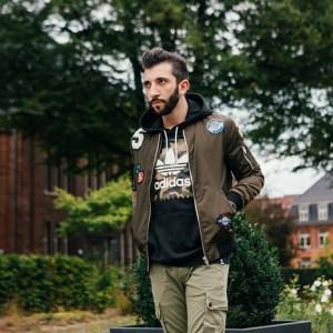 Angesagte khaki-farbene Bomberjacke mit Patches. Perfekt geeignet für jeden Military Look und Herren Street Look.